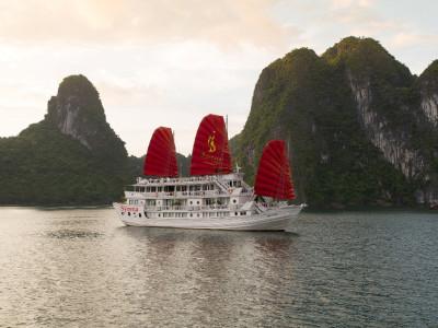 Syrena Cruises at sunrise